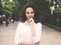 La femme des Caraïbes de sourire en parc dans le cinéma chaud de vintage regardent photos stock