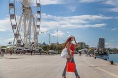 La femme des vacances va faire des emplettes à Rimini Image stock