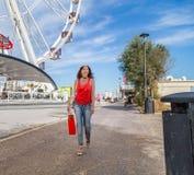 La femme des vacances va faire des emplettes à Rimini Image libre de droits