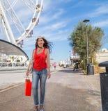 La femme des vacances va faire des emplettes à Rimini Photographie stock