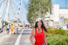 La femme des vacances va faire des emplettes à Rimini Photo stock