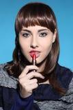 La femme dessine des lèvres Photographie stock libre de droits