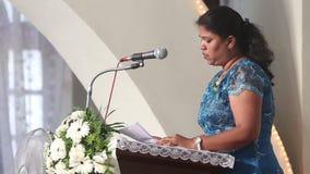 La femme dit la position sur le podium dans l'église banque de vidéos