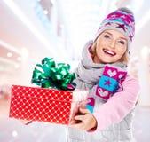 La femme donne le cadeau de Noël Images libres de droits