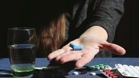 La femme donne sa main avec la médecine de pilules, soins de santé banque de vidéos