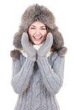 La femme drôle en hiver vêtx des cris d'isolement sur le blanc photographie stock