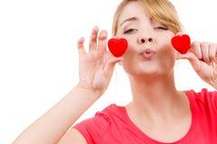 La femme drôle tient le symbole rouge d'amour de coeurs Photo libre de droits