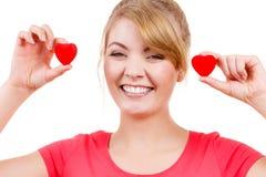 La femme drôle tient le symbole rouge d'amour de coeurs Photos libres de droits