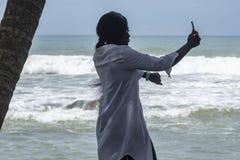 La femme du Ghana prend des photos d'elle-m?me photos stock