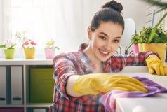 La femme effectue le nettoyage
