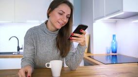 La femme effectue le paiement en ligne à la maison avec une carte de crédit et un smartphone clips vidéos