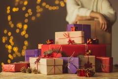 La femme a emballé tous les cadeaux de Noël Photo stock