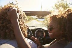 La femme embrasse son associé pendant qu'il conduit, fin, Ibiza Images stock