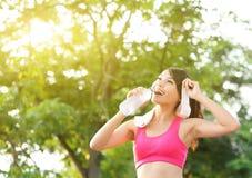 La femme en bonne santé boit l'eau images stock