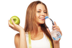 La femme en bonne santé avec de l'eau et la pomme suivent un régime le sourire Images stock