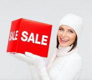 La femme en hiver vêtx avec le signe rouge de vente Image stock