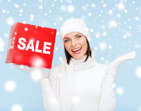 La femme en hiver vêtx avec le signe rouge de vente Images stock