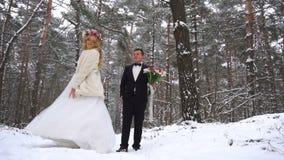 La femme en longs robe et argent chausse la marche au jour ensoleillé d'hiver dans le mouvement lent clips vidéos