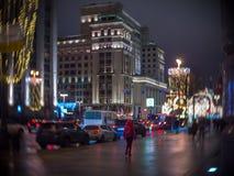 La femme en rouge marche le long de la vue de rue de Tverskaya décorée par Noël de l'hôtel Moscou Photos stock