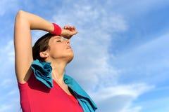Transpiration fatiguée de femme de forme physique photos stock