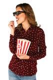 La femme en verres 3d tenant le seau avec le maïs éclaté sur le blanc a isolé le fond Photographie stock libre de droits