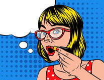 La femme en verres tient une main avec le rouge à lèvres près de la bouche Images libres de droits