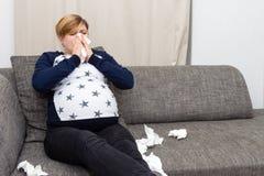 La femme enceinte a attrapé froid images libres de droits
