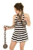 La femme enceinte dans une jupe de prision avec le regard à chaînes dégrossissent vers le bas Photographie stock libre de droits