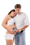 La femme enceinte et le mari tient l'ultrason Photographie stock