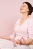 La femme enceinte heureuse est engagée dans la forme physique photos libres de droits