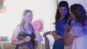 La femme enceinte heureuse obtiennent le cadeau du centre serveur dans le restaurant Événement d'enfants célébrez banque de vidéos