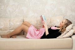 La femme enceinte lit un livre images libres de droits