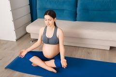 La femme enceinte médite Image libre de droits