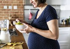 La femme enceinte mangent de la nourriture saine photos libres de droits
