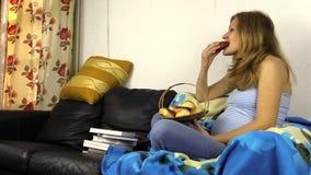 La femme enceinte mangent le désir pelucheux de petit pain mangent des bonbons pendant la grossesse banque de vidéos