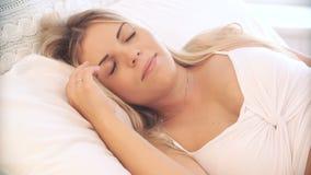 La femme enceinte se réveille le matin, souriant et regardant l'appareil-photo clips vidéos