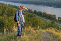 La femme enceinte se tient sur une colline Image libre de droits