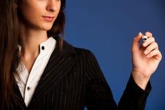 La femme encouragent l'équipe en écrivant un plan de succès sur l'écran transparent Photographie stock libre de droits