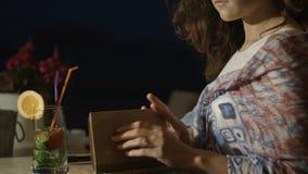 La femme engagée heureuse avec l'anneau sur le doigt finit d'écrire le voeu de mariage en café banque de vidéos