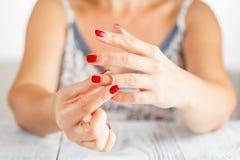 La femme enlève l'anneau de la main Photos libres de droits