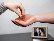 La femme enlève une bague de fiançailles, conflit de famille photos libres de droits