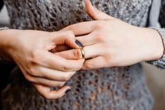 La femme enlève une bague de fiançailles, conflit de famille images stock