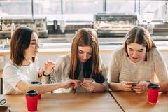 La femme ennuyée avec les amis inattentifs l'ignorent Photo stock