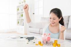 La femme enregistrant assez de fonds peut acheter le nouvel appartement Image libre de droits