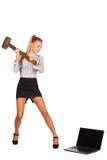 La femme enthousiaste avec un marteau heurte l'ordinateur portable Photos stock
