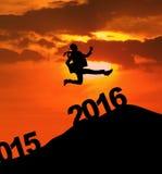 La femme enthousiaste saute par-dessus 2016 nombres Images stock