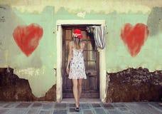 La femme entre dans la belle vieille maison Photos stock