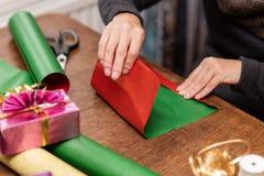 La femme enveloppe les cadeaux colorés photographie stock
