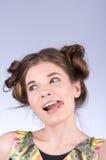 La femme espiègle affiche la langue Le portrait, cheveux tordus Nettoyez la peau saine Image stock