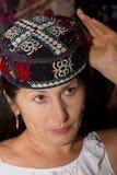 La femme essaye les crâne-chapeaux orientaux Photographie stock libre de droits